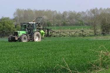 Pflanzenschutz_mit_Traktor